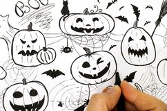 Main de femme avec le stylo dessinant le concept de Halloween Image libre de droits