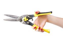 Main de femme avec les ciseaux lourds pour le métal Images libres de droits