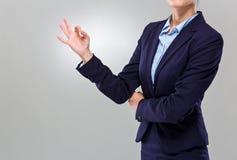 Main de femme d'affaires avec le signe correct Images libres de droits
