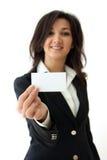 Main de femme d'affaires retenant une carte de visite professionnelle de visite vide Photo libre de droits