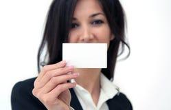 Main de femme d'affaires retenant une carte de visite professionnelle de visite vide Photo stock