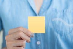 Main de femme d'affaires tenant la note collante vide photos libres de droits
