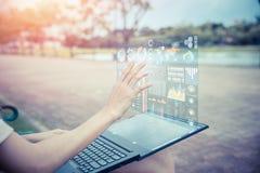 Main de femme d'affaires utilisant l'affichage d'écran anticipé d'air d'hologramme d'ordinateur de technologie photo libre de droits