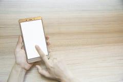 Main de femme de plan rapproché dactylographiant au téléphone intelligent Photo libre de droits