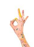 Main de femme en peinture avec le symbole correct photographie stock