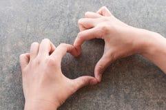 Main de femme faisant la forme de coeur Photo libre de droits