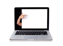 Main de femme indiquant le mur blanc dans l'ordinateur portatif Photo libre de droits