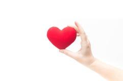 Main de femme jugeant le coeur rouge vide d'isolement sur le fond blanc photos stock