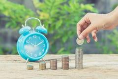 Main de femme mettant la pièce de monnaie de la croissance pour profiter des finances image libre de droits