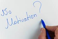 Main de femme n'écrivant au ` d'expression aucune motivation ? ` photos stock