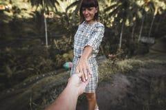 Main de femme de participation de main d'homme sur le fond de gisement de riz Île de Bali, Indonésie, Ubud, terrasse de Tegalalan images stock