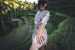 Main de femme de participation de main d'homme sur le fond de gisement de riz Île de Bali, Indonésie, Ubud, terrasse de Tegalalan image stock
