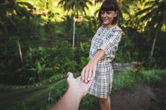 Main de femme de participation de main d'homme sur le fond de gisement de riz Île de Bali, Indonésie, Ubud, terrasse de Tegalalan images libres de droits