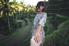 Main de femme de participation de main d'homme sur le fond de gisement de riz Île de Bali, Indonésie, Ubud, terrasse de Tegalalan photo stock