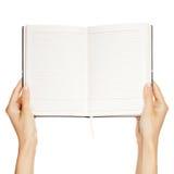 Main de femme portant un livre vide d'isolement photographie stock libre de droits