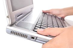 Main de femme portant un ordinateur portable, d'isolement sur le blanc Image stock