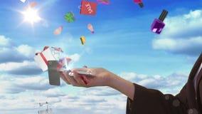 Main de femme présentant le concept d'achats en ligne avec le smartphone banque de vidéos