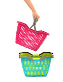 Main de femme prenant un panier à provisions d'une pile. Images libres de droits