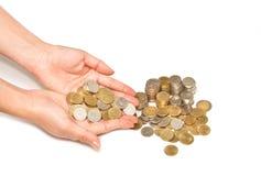 Main de femme retenant la pile des pièces de monnaie Images libres de droits