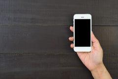 Main de femme retenant le téléphone intelligent Photographie stock