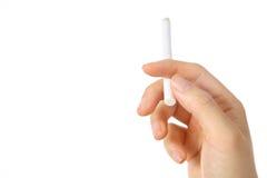 Main de femme retenant une cigarette Photos stock