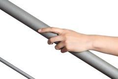Main de femme se reposant sur une balustrade Images stock