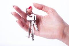 Main de femme tenant des clés Image stock