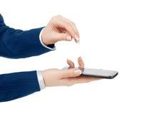Main de femme tenant et touchant un écran de téléphone portable avec son t photo libre de droits