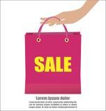Main de femme tenant la campagne de vente colorée d'exposition de panier Images libres de droits