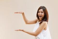 Main de femme tenant la pose sur l'espace vide Photos stock