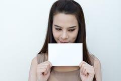 Main de femme tenant la taille d'enveloppe de carte vierge, souriant Photo libre de droits