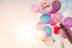 Main de femme tenant le ballon Je t'aime concept de symbole de l'amour dans le Saint Valentin Photographie stock