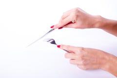 Main de femme tenant le couteau et la fourchette Photographie stock libre de droits