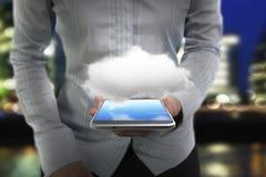 Main de femme tenant le téléphone intelligent avec le nuage blanc Images libres de droits
