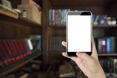 Main de femme tenant le téléphone intelligent avec le pouce poussant le bouton Photos libres de droits