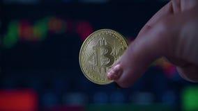 Main de femme tenant un bitcoin de pi?ce d'or banque de vidéos