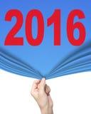 Main de femme tirant le bleu avec le rideau 2016 couvrant le blanc vide Photos libres de droits