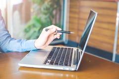 Main de femme travaillant sur l'ordinateur portable dans le bureau Images libres de droits