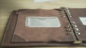 Main de femme utilisant la protection quotidienne de carnet de traqueur d'habitude de planificateur de cas en cuir brun clair élé clips vidéos