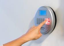 Main de femme utilisant le balayage biométrique argenté avec les sens rouges d'empreinte digitale photos stock