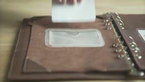 Main de femme utilisant le livre quotidien élégant de bloc-notes de traqueur d'habitude de planificateur de cas en cuir brun clai banque de vidéos