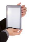 Main de femme utilisant un dispositif d'écran tactile. Photographie stock libre de droits