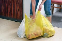 Main de fille avec des sacs de nourriture ? la maison photos stock