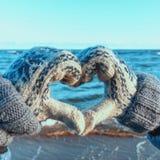 Main de fille en ciel bleu d'amour de forme de coeur Photographie stock