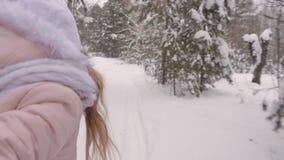 Main de fille menant en avant par les bois neigeux clips vidéos