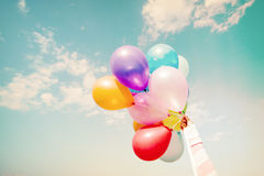Main de fille tenant les ballons multicolores Images libres de droits
