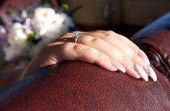 Main de fin de femme  Main de jeune mariée avec l'anneau gentil Main de la jeune mariée d'isolement à l'arrière-plan trouble Jeun Photos libres de droits