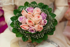 Main de fleur pour la jeune mariée Image stock