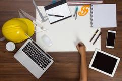 Main de fond de bureau avec le projet d'écriture de stylo Images stock