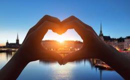 Main de forme de coeur dans la ville de Stockholm Image stock